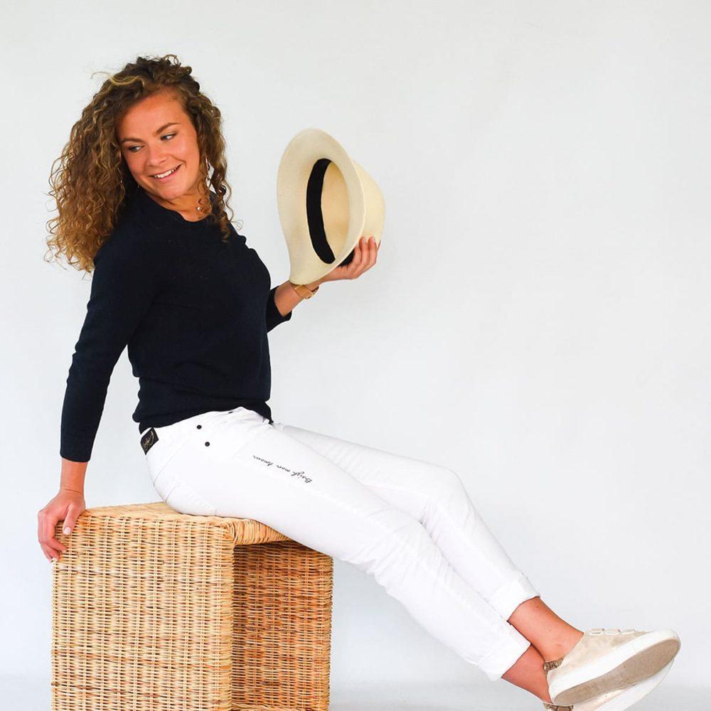 Jean Paimpol blanc femme assise