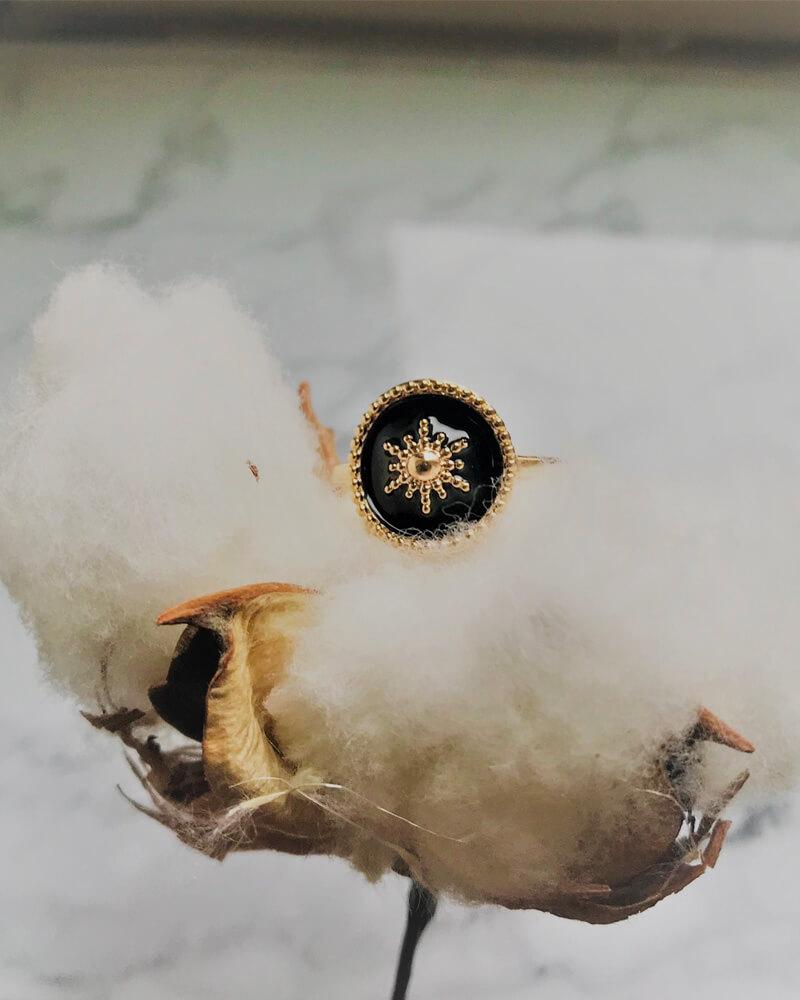 Bague dorée noire