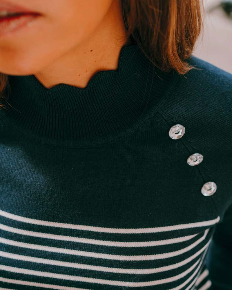 pull-clémentine-bleu-marine-marinière-zoom-boutons-brillants
