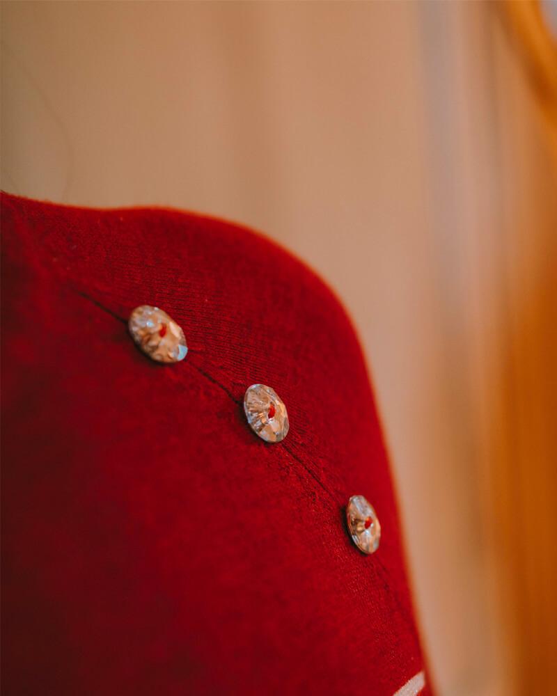 pull-clémentine-grenat-marinière-zoom-boutons-brillants